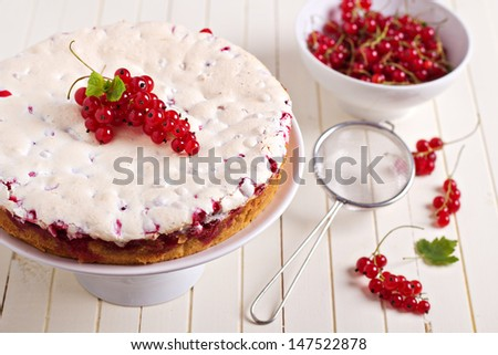 Meringue red currant cake with fresh berries