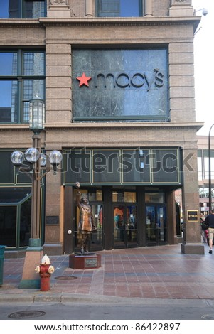MINNEAPOLIS, MINNESOTA - APRIL 22: Statue of television character Mary Richards outside Macy's Store on April 22, 2010 in Minneapolis, Minnesota. Built for a cost of $150,000, it was erected in 2002 - stock photo