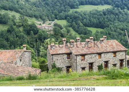 Mollo (Pirineos, Catalunya, Spain): old house and mountain landscape at summer