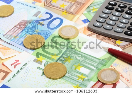 Money and calculator as symbol for exact calculation (selective focus)
