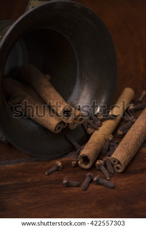 mortar with cinnamon and cloves