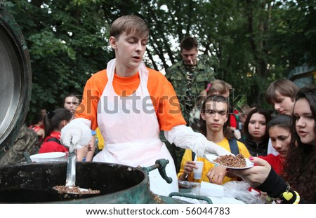 MOSCOW - JUNE 22: Youth patriotic action Memory Watch the Eternal Flame and the Tomb of the Unknown Soldier (distribution of the front soldering), June 22, 2010 in Moscow, Russia. - stock photo