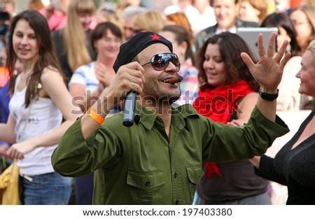 "MOSCOW, RUSSIA - JUN 16, 2012: Man in the image of Che Guevara at the festival of the famous russian travel magazine ""Vokrug Sveta"". At this celebration can see traditions of different nations - stock photo"