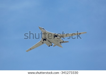 """MOSCOW, RUSSIA - MAY 9, 2015: Celebration of the 70 anniversary of the Victory Day (WWII). The supersonic strategic bomber and missile platform Tu-160 """"White swan"""" (Blackjack) in the sky over Moscow - stock photo"""