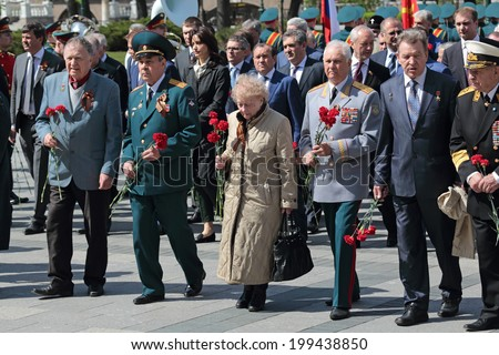 MOSCOW, RUSSIA - MAY 8, 2014: Military servicemen, officials and war veterans at the ceremony of laying flowers to the Tomb of the Unknown Soldier in Alexander garden