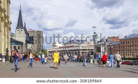 MOSCOW, RUSSIA, on AUGUST 19, 2015. City landscape. Komsomolskaya Square. Pedestrians go on the area