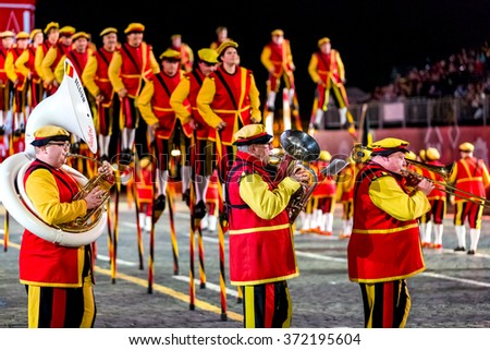 "MOSCOW - SEPTEMBER 10, 2015: international festival of military orchestra ""Spasskaya tower"", The group ""King's stilts"" and the musicians, Belgium. Russia."
