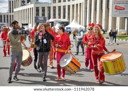 MOSCOW - SEPTEMBER 1: Men and women  in fancy-dress with cylinder go on prospectus  academician Sakharova during a 865 Town Day on September 1, 2012 in Moscow, Russia.