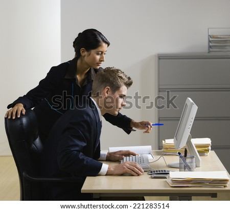 Multi-ethnic businesspeople looking at computer