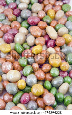 Multicolored glazed raisins