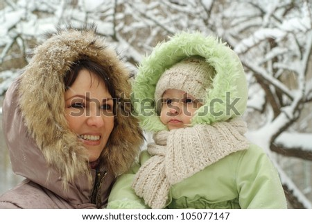 mum and daughter walking on the street
