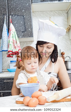 mum with a small daughter do dough for pies