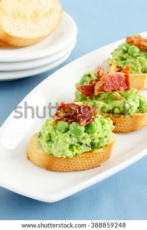 Mushy peas topped with bacon