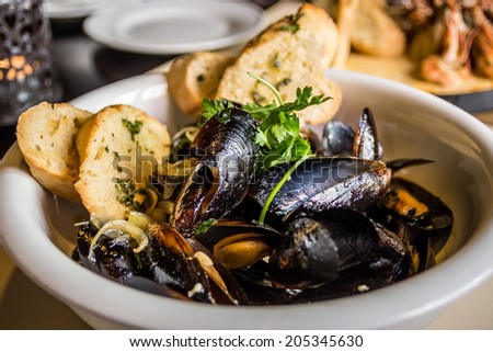 Mussels in shell fried with garlic toasts