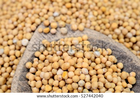 mustard seed on wooden table