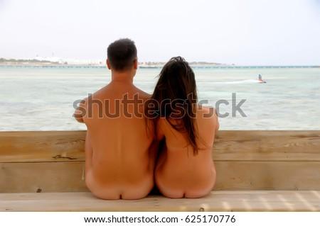 Women naked at sea — photo 2