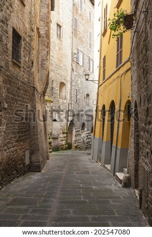 narrow alley in the city of perugia