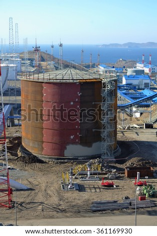 new oil storage tank at an oil refinery