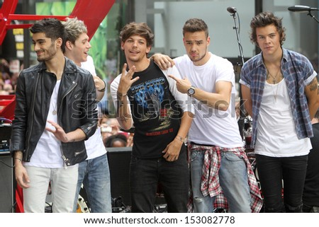 NEW YORK - AUG 23: Zayn Malik, Niall Horan, Louis Tomlinson, Liam Payne and Harry Styles of One Direction performs on NBC's Today Show at Rockefeller Plaza on August 23, 2013 in New York City.