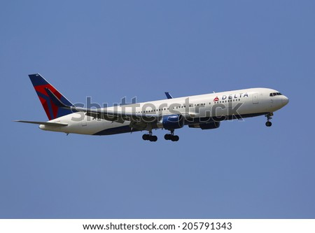 NEW YORK - JULY 10: Delta Airlines Boeing 737 in New York sky before landing at JFK Airport on July 10, 2014. Delta Air Lines and its subsidiaries operate over 5000 flights every day