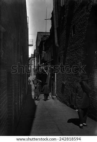 NO LIKEE. From Arnold Genthe's CHINATOWN SERIES. Ca. 1900. A Chinese-American man covers his face as Arnold Genthe takes his photograph. Chinese immigrants in San Francisco. - stock photo