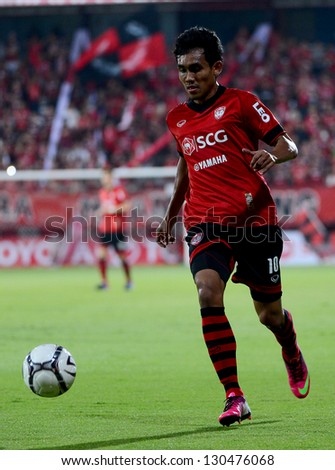 NONTHABURI THAILAND-MARCH 3 : 	Teerasil Dangda of SCGMuangthong Utd. run with the ball during Thai Premier League between SCGMuangthong Utd.and  Army United F.C. on March3,2013 in Nonthaburi,Thailand - stock photo