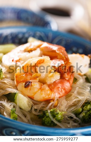 Noodles with shrimps and vegetables