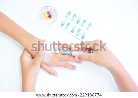 Nurse give injection to patient.