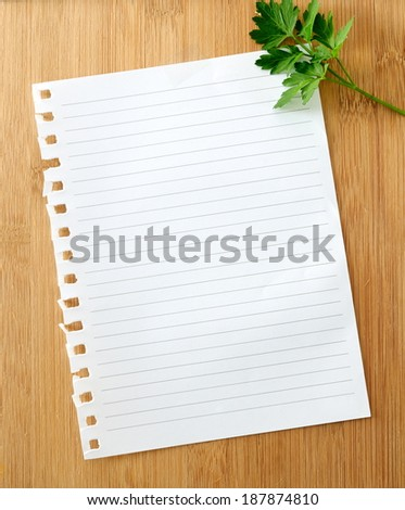 O sheet of papel on a wooden board