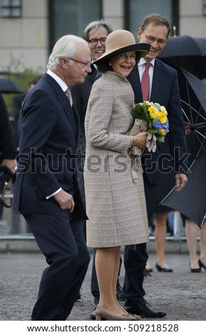 OCTOBER 5, 2016 - BERLIN: King Carl XVI. Gustaf and Queen Silvia of Sweden, Michael Mueller and others at a photo opp at the Pariser Platz in Berlin.