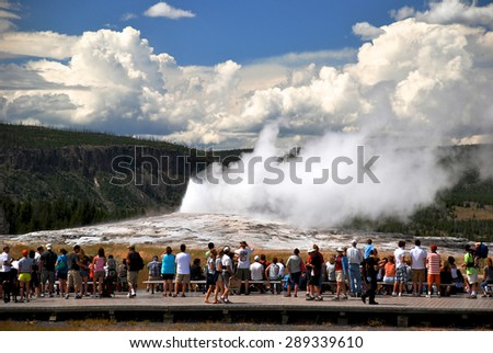 Old Faithful, Yellowstone Nationalpark, Wyoming - USA - stock photo