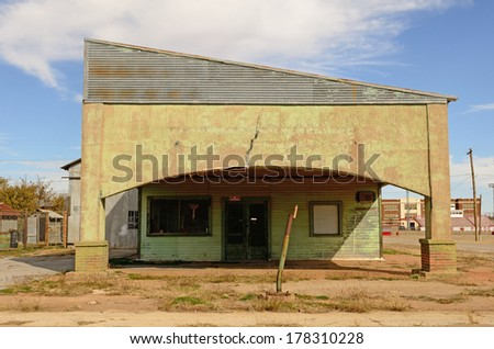 Old gas and fuel service station in northeastern Texas