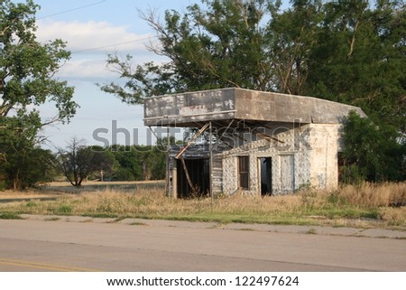 Old run-down, abandoned garage and gas station on old US Route 66 in the panhandle of Texas