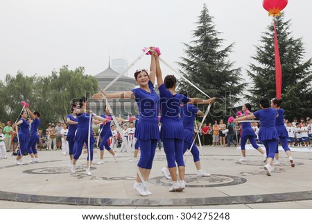 On August 8, 2015, from xi 'an not ended the aunt who jumped up on the xi 'an museum square elastic dance, attract visitors to watch.