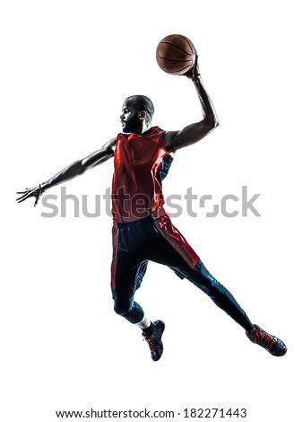 Chica jugador de baloncesto dunking