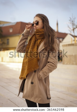 Outdoors portrait of a beautiful autumn fashion beauty.