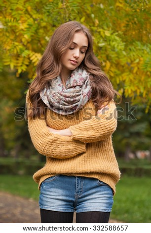 Outdoors portrait of a brunette autumn fashion beauty.