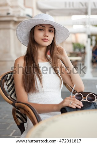 Outdoors portrait of a fashionable gorgeous young tourist girl.