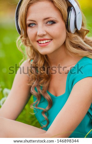 outdoors smiling portraits woman in headphones