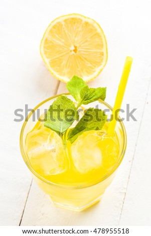 overhead shoot of refreshing drink with lots of ice, white wood