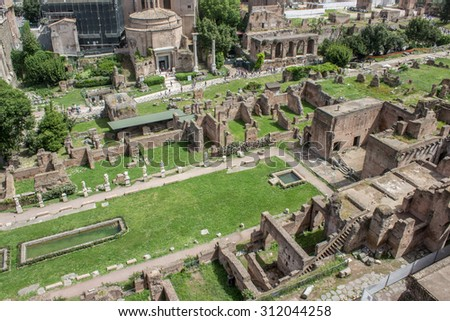 Overlooking the Roman Forum from Palatine hill in Rome / Historical Buildings / Rome