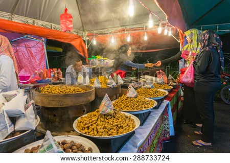 PAHANG, M'SIA-JUNE 12: Vendor Night Market sells a boiled peanuts in Brinchang town, Cameron Highlands on June 12, 2015 in Pahang, Malaysia. Brinchang town is a popular tourist destination in Malaysia - stock photo