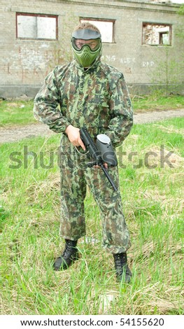 Paintball player equipped with mask and air-gun