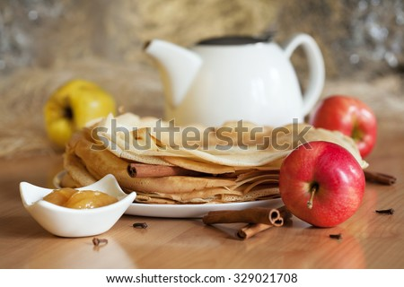 Pancakes with honey, apples and cinnamon