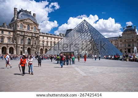 PARIS, FRANCE - AUGUST 16, 2007: Queue of tourists to the gallery in the Louvre, Summer August 16, 2007 in museum Louvre in Paris, France - stock photo