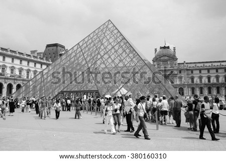 PARIS, FRANCE - CIRCA JUNE 2007: People visiting the Musee du Louvre meaning Louvre museum in black and white - stock photo