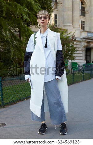 PARIS - OCTOBER 1: Woman poses for photographers before Chloe show, Paris Fashion Week Day 3, Spring / Summer 2016 street style on October 1, 2015 in Paris.