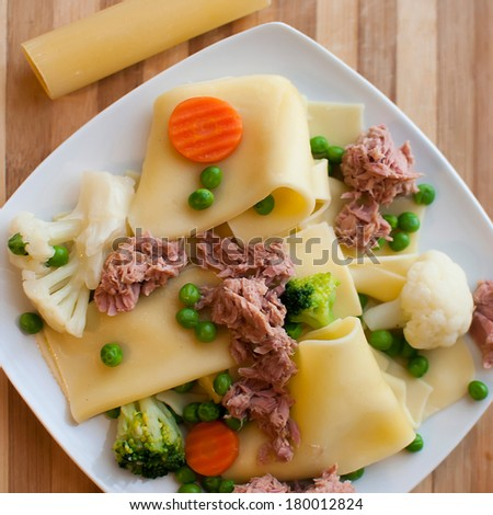pasta Cannelloni with fresh vegetables and tuna