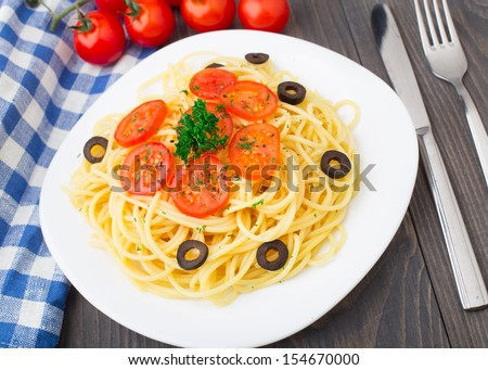 Pasta sliced with cherry tomatoes