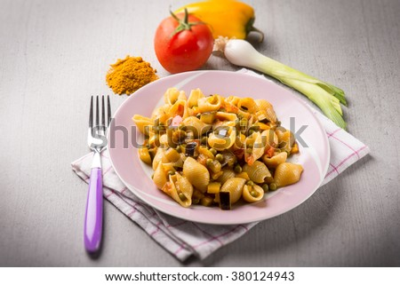 pasta with peas tomatoes capsicum and curry